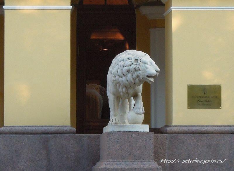 Лев у дома Лобанова-Ростовского